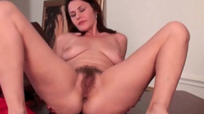 Mature gives her hairy vagina a workout