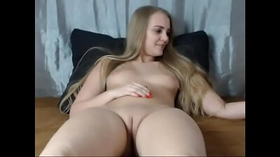 Blonde with shaved pussy masturbate on cam
