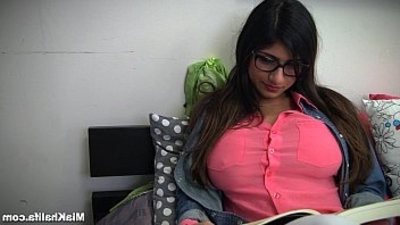 deep throatjob Lessons with Controversial Pornstarlet Mia Khalifa