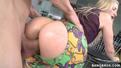 Blond milf play with some delicious asses
