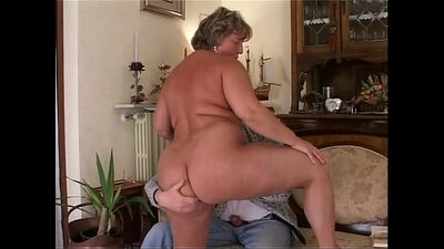 Chubby mature wife has a strong desire to please herself